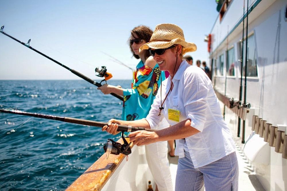 Với chi phí khoảng 300.000 đồng/người, bạn sẽ có một đêm sôi động và đáng nhớ khi lênh đênh trên biển Phú Quốc. Trải nghiệm câu mực, cá cho phép du khách tự tay đánh bắt hải sản tươi ngon và thưởng thức thành quả ngay trên thuyền. Ngoài ra, bạn còn được chiêm ngưỡng khung cảnh hoàng hôn trên biển rực rỡ. Ảnh: Rootytrip.