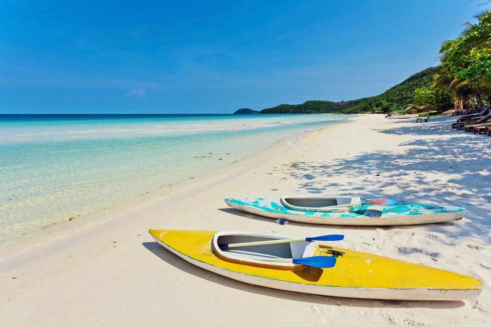 Biển xanh, cát trắng là đặc trưng của bãi biển Phú Quốc. Ảnh: DeltaOff/Shutterstock.
