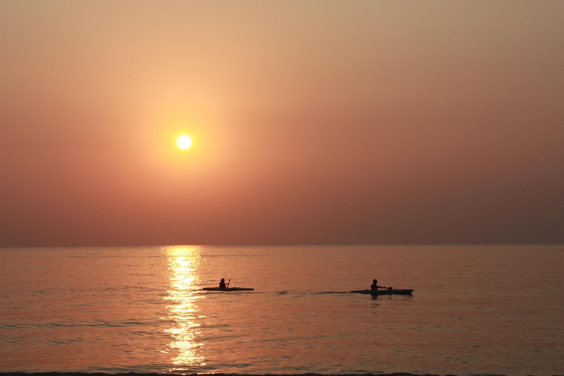 Chèo thuyền kayak trong ánh hoàng hôn. Ảnh: Anastasiia Cherniavskaia/Shutterstock.
