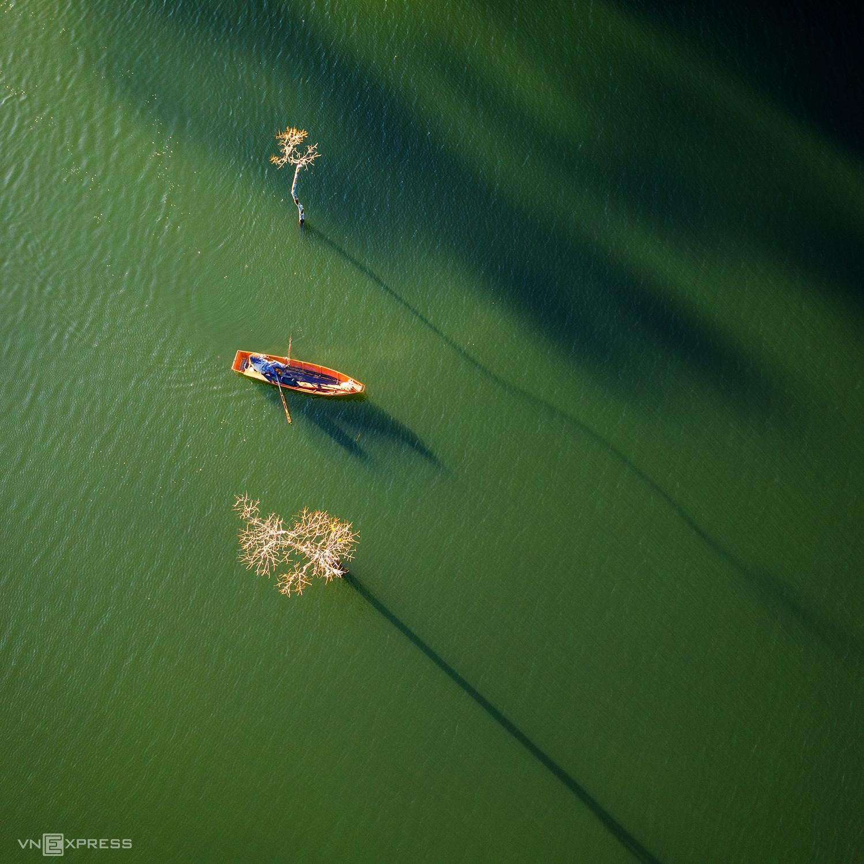 Hồ Tuyền Lâm trong nắng sớm. Ảnh: Nguyễn Tấn Tuấn.