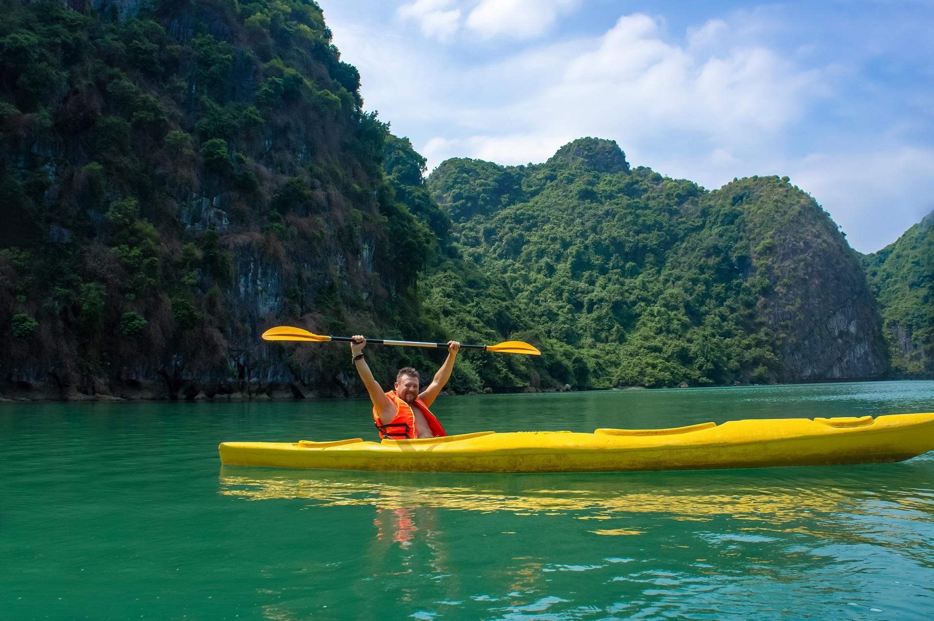 Vùng vịnh kín, nước lặng là điểm đến chèo thuyền kayak nổi tiếng nhất tại Việt Nam. Ảnh: Andrii Brodiahin/Shuttestock.