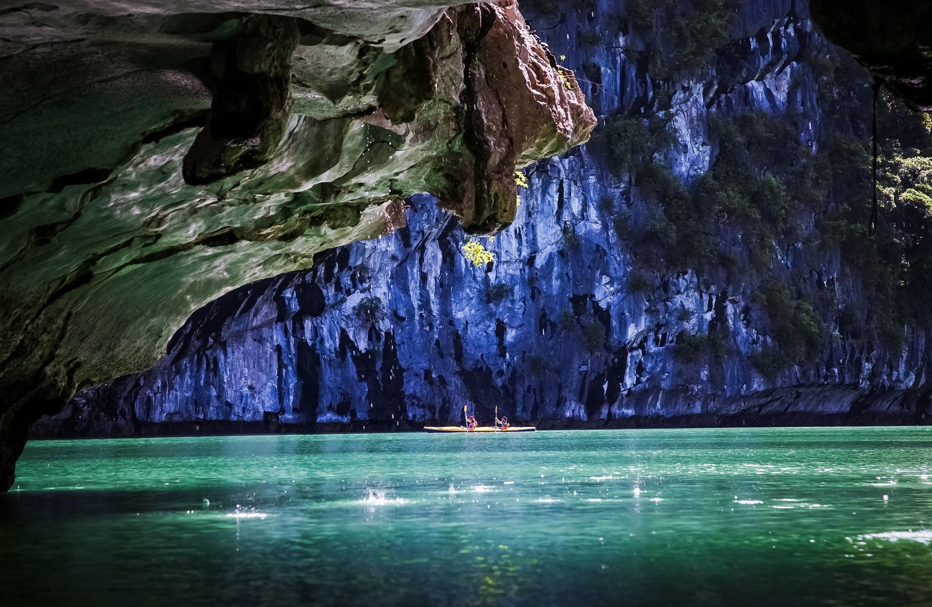 Vẻ đẹp huyền ảo trong hang động vịnh Lan Hạ. Ảnh: Melinda Nagy/Shutterstock.