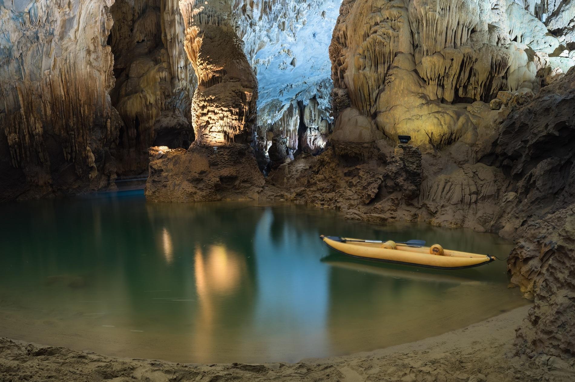 Với 392 hang động cùng hàng nghìn loài động, thực vật, vườn quốc gia được UNESCO công nhận là Di sản Thiên nhiên Thế giới. Ảnh: Vietnam Stock Image/Shutterstock.