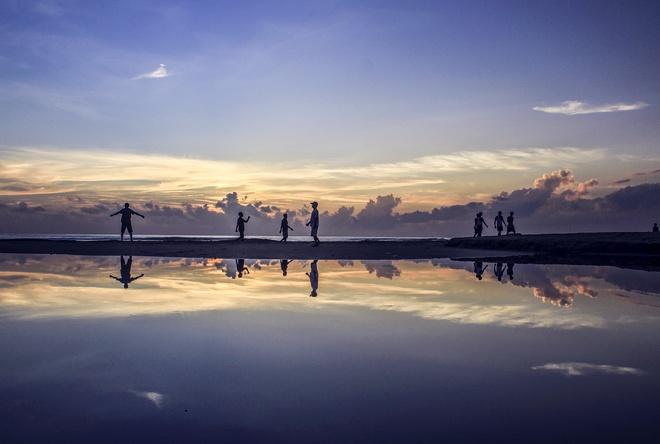 Bãi biển Mỹ Khê: Được mệnh danh là một trong những bãi biển sạch và đẹp nhất Việt Nam, Mỹ Khê thu hút du khách nhờ vẻ đẹp thanh bình, cùng biển xanh và cát trắng. Bạn có thể cùng cả nhà tắm biển, thư giãn, ngắm hoàng hôn và thưởng thức những món hải sản tươi ngon. Ảnh: Klook.