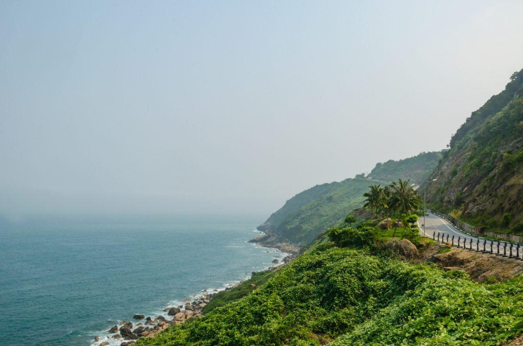 Bán đảo Sơn Trà: Vùng núi ở phía bắc bãi biển Mỹ Khê là nơi sinh sống của loài voọc quý hiếm. Không chỉ có khung cảnh thiên nhiên xanh mát, bạn còn có thể ngắm nhìn thành phố và bờ biển tuyệt đẹp phía dưới từ con đường trên cao. Ảnh: Theblondtravels.