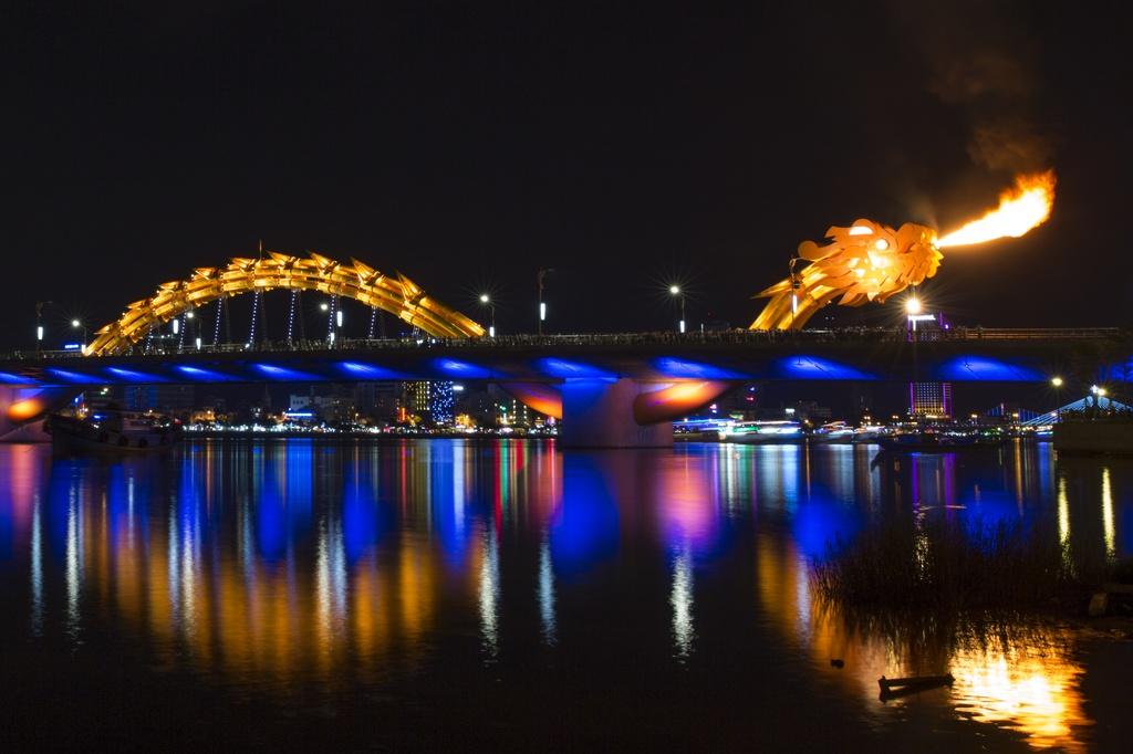 Cầu Rồng: Là một trong những biểu tượng của thành phố Đà Nẵng, cầu Rồng nằm ở trung tâm thành phố, rất dễ tìm. Vào 21h tối thứ bảy và chủ nhật hàng tuần, cầu còn phun nước và phun lửa cho du khách chiêm ngưỡng. Ảnh: CNN.