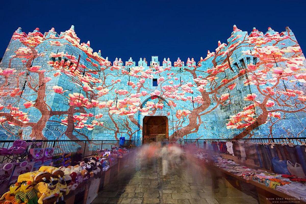 Tổ chức lễ hội ánh sáng hàng năm  Thành phố hiện lên khác lạ, rực rỡ bởi ánh sáng vào mỗi mùa hè trong dịp Lễ hội ánh sáng. Hàng trăm nghìn du khách đi bộ qua các đường phố được chiếu sáng, chiêm ngưỡng những màn biểu diễn và các tác phẩm nghệ thuật của nhiều nghệ sĩ đến từ khắp nơi trên thế giới. Ảnh: Fromthegrapevine/Noam Chen.