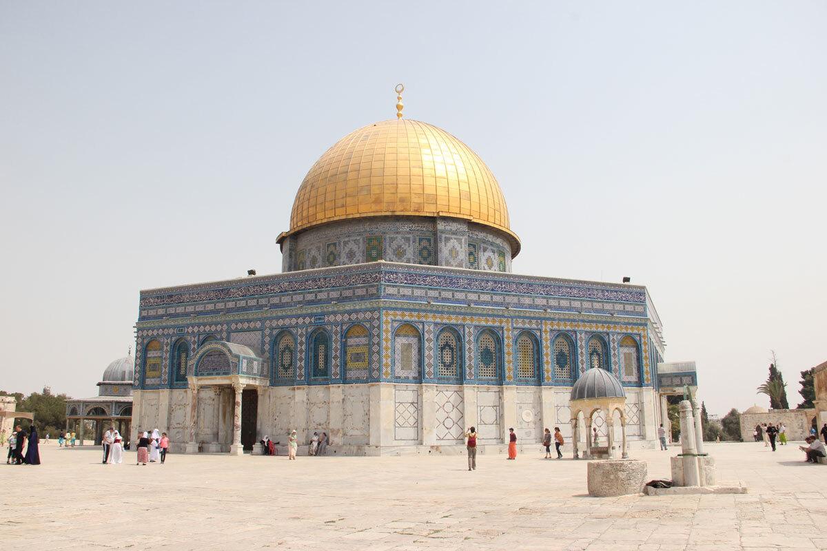"""Là nơi linh thiêng của cả 3 tôn giáo  Gồm Do Thái giáo, Kito giáo và Hồi giáo. Jerusalem có một trong những ngôi đền linh thiêng nhất của đạo Hồi. Còn đối với người Do Thái, đây là những khát khao lâu đời, bằng chứng về sự huy hoàng và độc lập thời tiền sử và là nơi quốc gia """"tỉnh thức"""" phát triển. Thành phố có hơn 50 nhà thờ Thiên chúa giáo, 33 nhà thờ Hồi giáo và 300 giáo đường Do Thái trong thành phố. Các tôn giáo cùng tồn tại và du khách có thể tìm thấy các địa điểm tôn giáo trên khắp thành phố như Nhà thờ Holy Sepulcher, Đền thờ Đá tảng, Nhà thờ Hồi giáo Al-Aqsa, Bức tường than khóc… Ảnh: Wikimedia Commons/Omerma."""