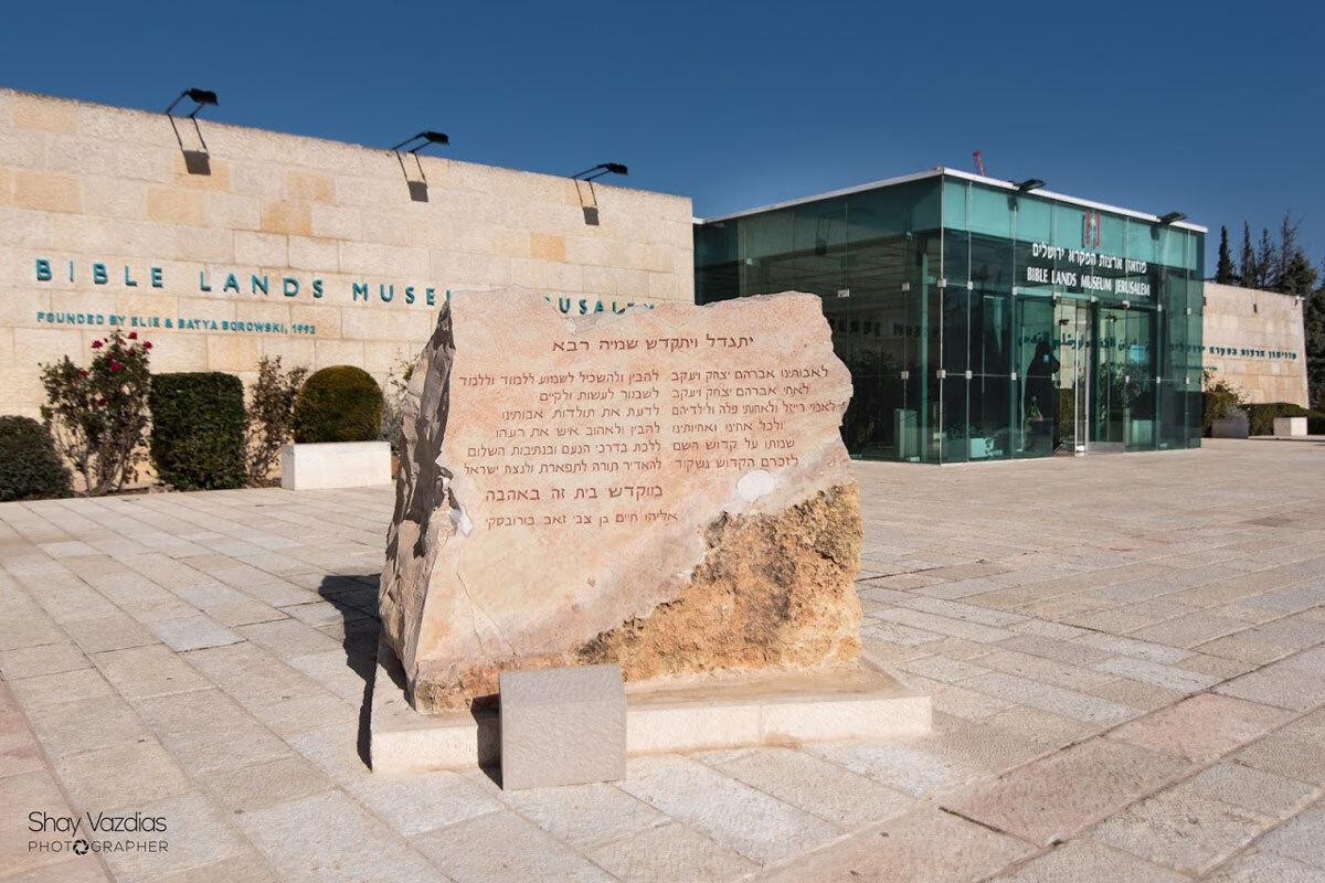 Thủ đô của những công trình nghệ thuật  Dòng chảy của sáng tạo và nghệ thuật bao trùm thành phố. Ở đây có nhiều phòng trưng bày, các công trình nghệ thuật sắp đặt trên đường phố. Quanh năm, các lễ hội đa dạng được tổ chức từ nghề thủ công, biểu diễn nghệ thuật, bia thủ công… Ngoài ra,nơi đây còn có hàng tá bảo tàng và triển lãm ngoài trời để khám phá.  Bảo tàng Israel - bảo tàng danh giá nhất quốc gia chuyên trưng bày các tác phẩm mỹ thuật và khảo cổ. Một số bảo tàng khác có tính tương tác cao hơn, như Bảo tàng Khoa học Bloomfield khuyến khích du khách tham gia khám phá các thí nghiệm. Ảnh: Bible Lands Museum.