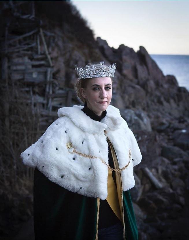 Hiến pháp Ladonia loại trừ đàn ông khỏi ngai vàng nên vương quốc này sẽ không bao giờ có vua, chỉ có nữ hoàng. Trong ảnh là nữ hoàng Carolyn của Ladonia. Ảnh: Queen Carolyn of Ladonia.