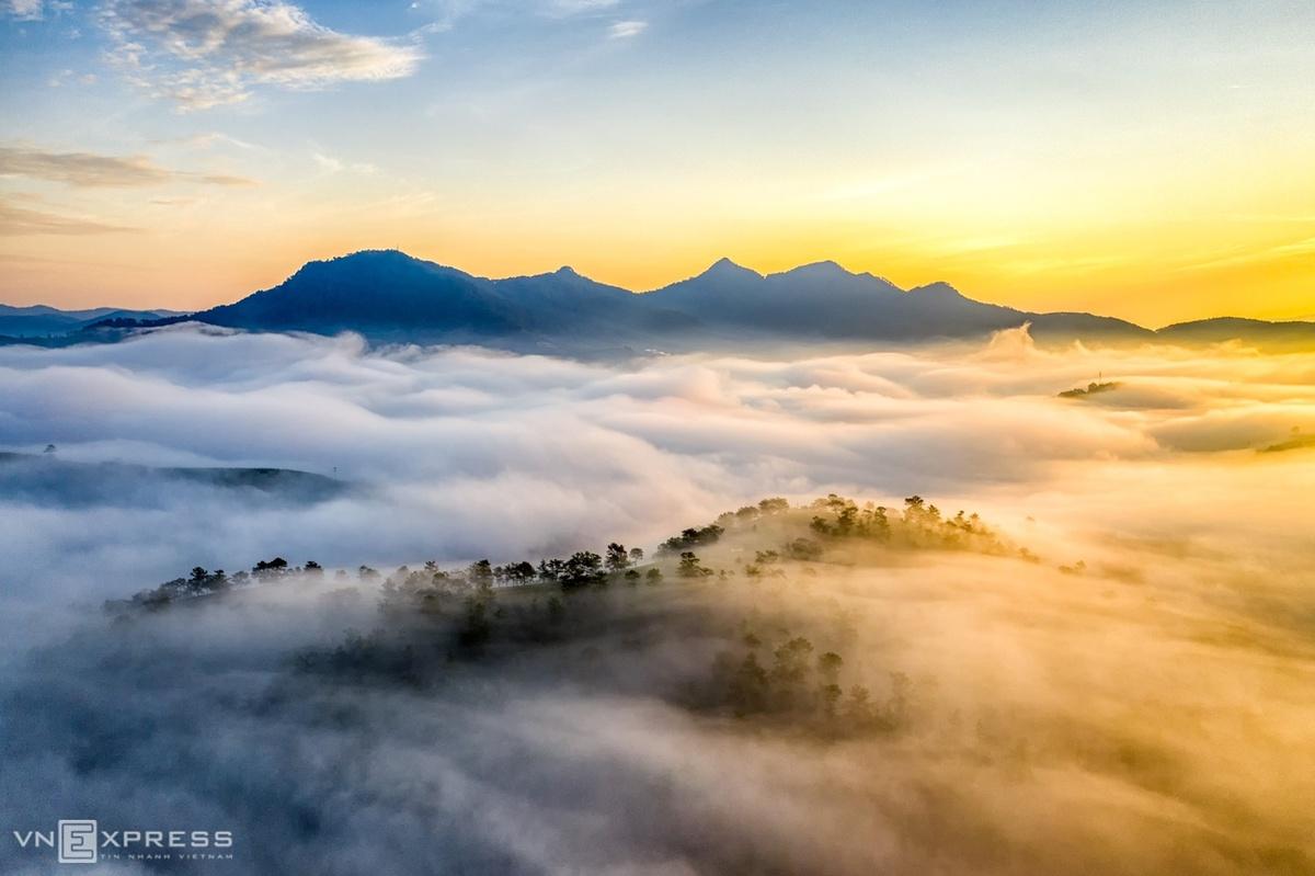 Sương sà xuống đồi thông ở Lạc Dương, phía xa là núi Langbiang.  Đối với các du khách chưa từng đi săn sương Đà Lạt, chưa nắm rõ đường đi có thể tham khảo lịch trình, địa điểm từ nhiếp ảnh gia và người dân địa phương để đảm bảo an toàn.