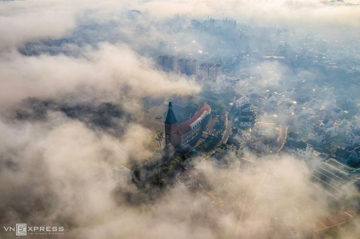 Trường Cao đẳng Sư phạm Đà Lạt trong làn sương. Ngôi trường nằm cách trung tâm thành phố 2,4 km, với kiến trúc hình vòng cung và điểm nhấn là tháp chuông. Đây là một trong những góc săn sương ở Đà Lạt được nhiều nhiếp ảnh gia lựa chọn.