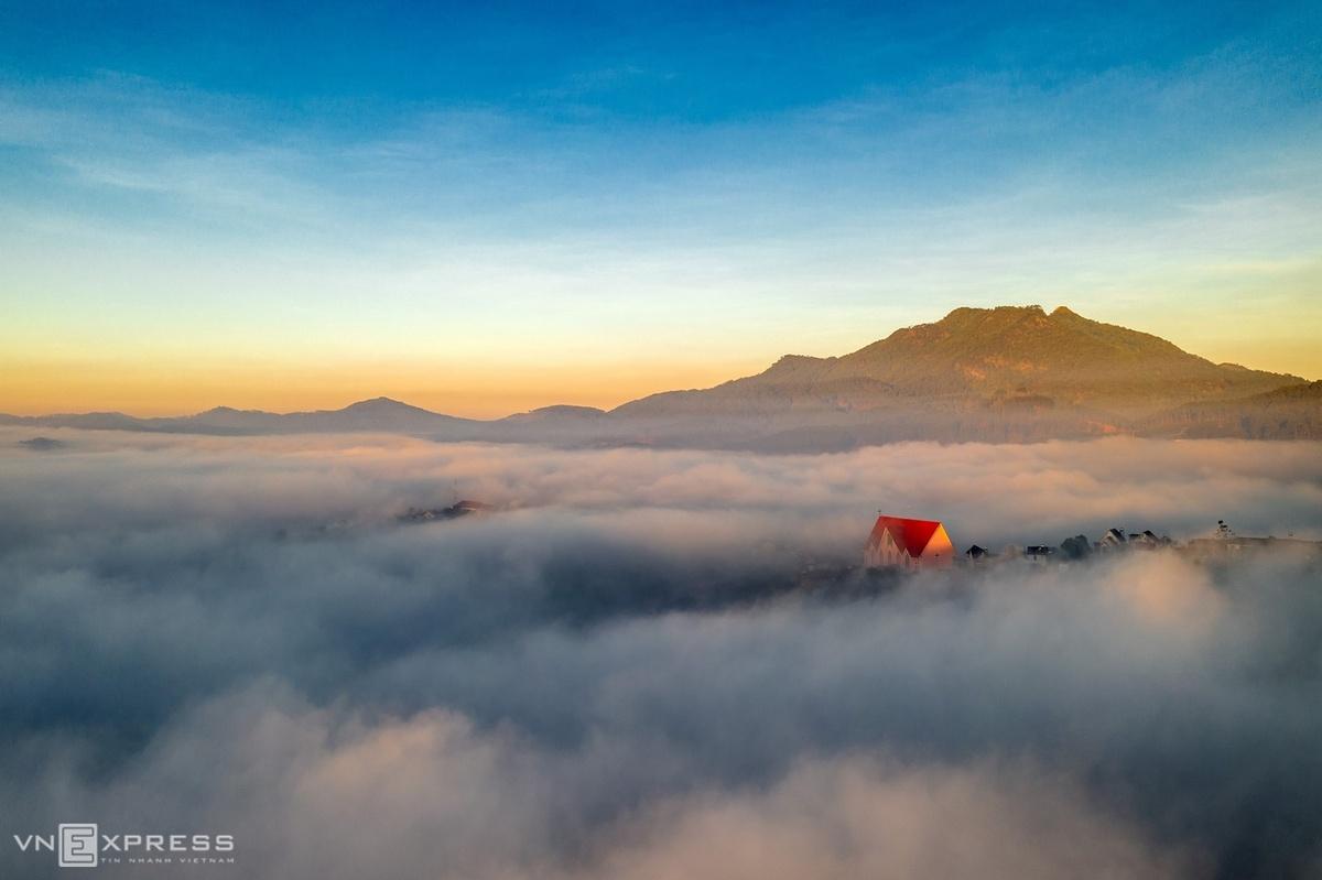 Vào mùa, sương la đà khắp thành phố. Nhưng để có được những khoảnh khắc ấn tượng, người yêu nhiếp ảnh phải đi xa hơn, đến các vùng ngoại ô. Trong ảnh là Nhà thờ Tin lành Dasar, huyện Lạc Dương, nổi bật giữa quang cảnh sương giăng.