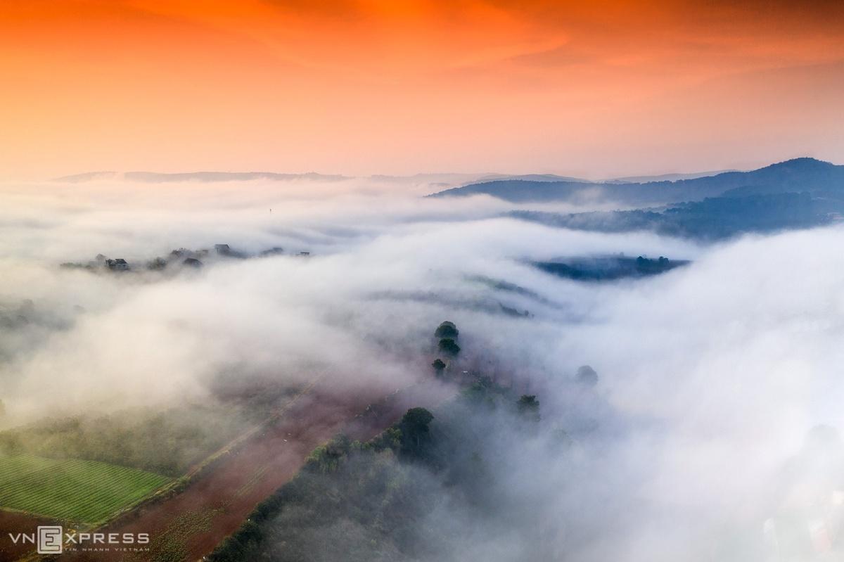 Sương giăng trong bình minh trên những nông trại gần đồi Túy Sơn, xã Xuân Thọ, thành phố Đà Lạt.