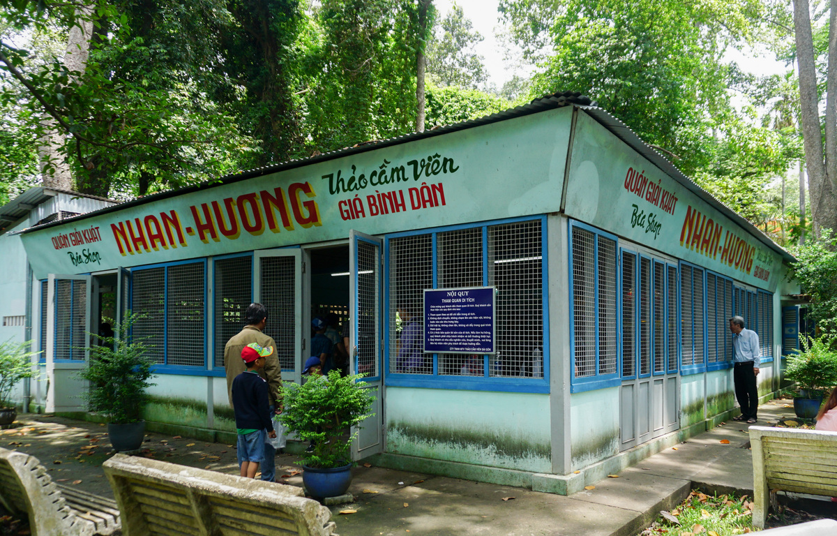 Di tích Quán Nhan Hương bên trong Thảo Cầm Viên (quận 1) từng là một trong những cơ sở bí mật của lực lượng biệt động Sài Gòn, thành lập năm 1963.  Quán nuôi giấu cán bộ quân khu, lực lượng biệt động đồng thời là nơi lãnh đạo gặp gỡ chiến sĩ để đưa ra chỉ đạo và động viên tinh thần trước các trận đánh.