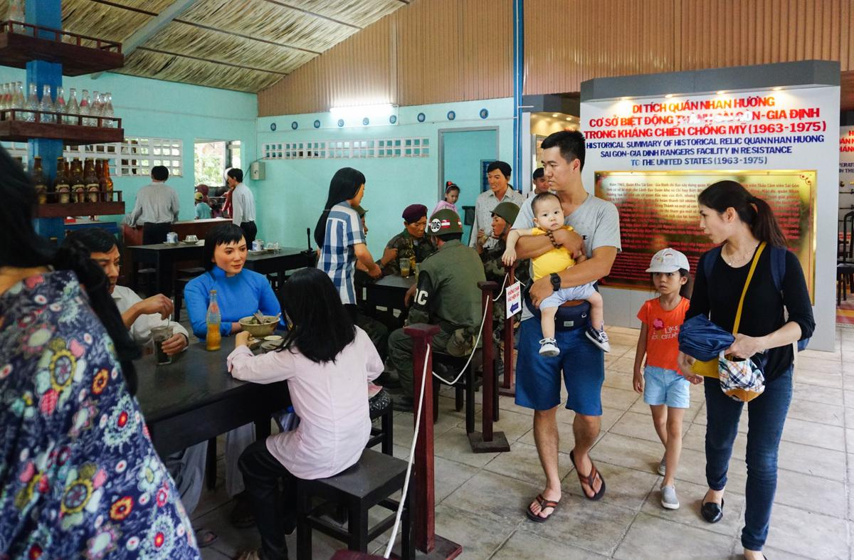 Quán Nhan Hương mở cửa miễn phí các ngày trong tuần, thu hút nhiều khách tham quan vào các ngày lễ, Tết. Quán được công nhận là Di tích lịch sử cấp thành phố vào năm 2014.