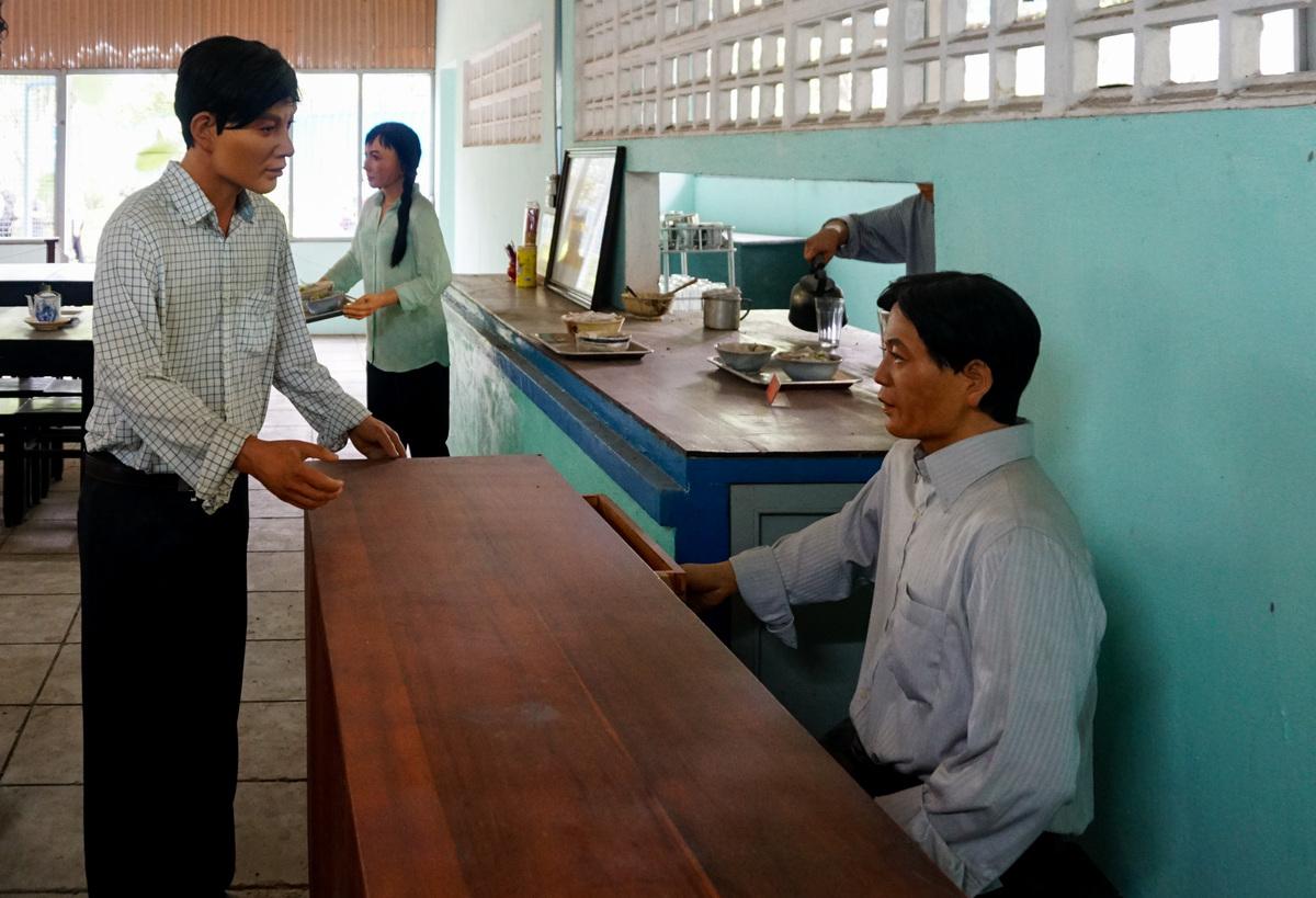 Người đứng ra thành lập quán là ông Nguyễn Văn Tửng, sinh năm 1913 tại Trà Vinh. Ông xây quán bằng khoản tiền tích góp và đặt tên là Nhan Hương, theo tên người vợ đã mất.  Thảo Cầm Viên được chọn xây quán vì đây là nơi đông người, nên cán bộ có thể ra vào dễ dàng mà không bị nghi ngờ. Khu vực này cũng nằm gần các cơ quan đầu não của đối phương, thuận lợi cho việc chỉ đạo các chiến dịch.