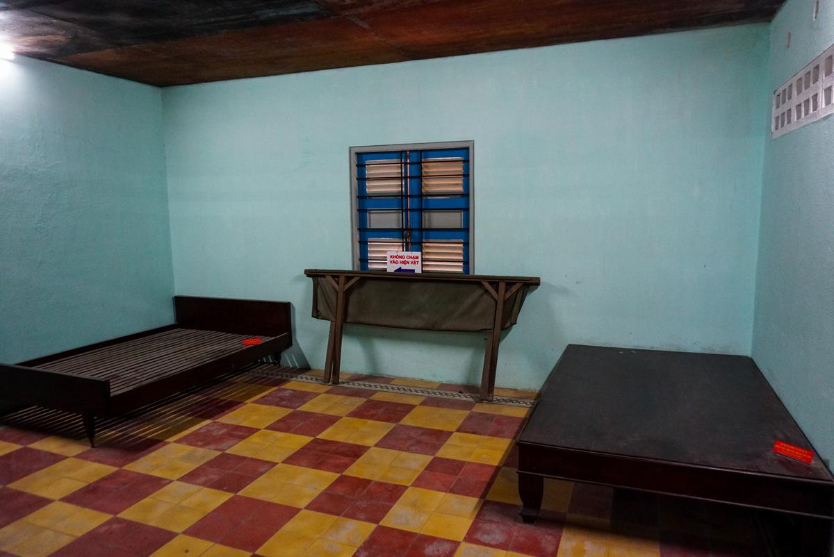 Phòng ngủ với giường và phản, nơi những người lính biệt động nghỉ ngơi khi đến đây vẫn còn nguyên vẹn.