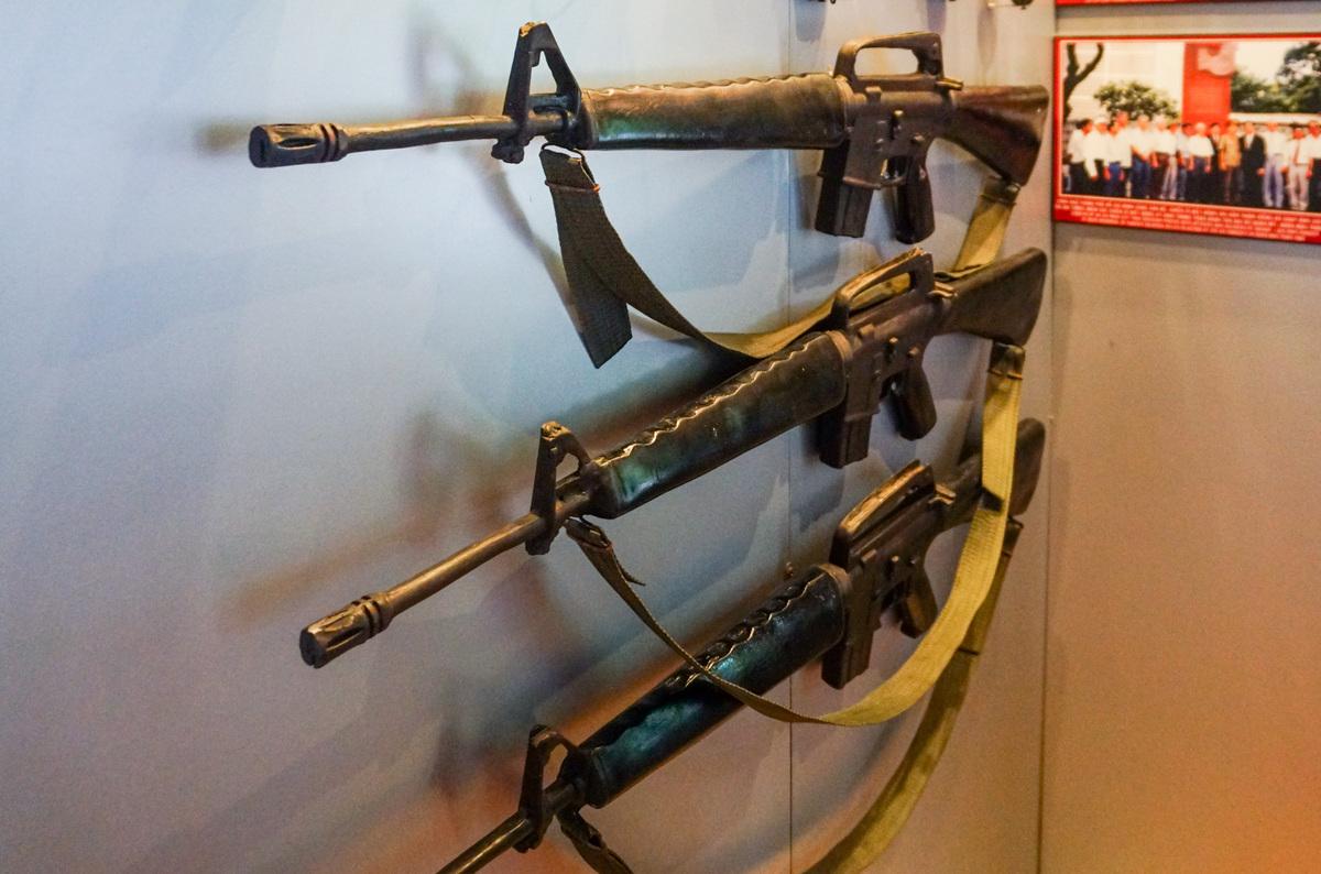Một số vũ khí của lực lượng biệt động từng hoạt động tại quán được trưng bày.  Từ năm 1963 cho đến ngày thống nhất đất nước, quán Nhan Hương đã hoàn thành nhiệm vụ bảo đảm an toàn, bí mật cho nhiều cán bộ quân khu, biệt động, quân báo… đến trú ém và nhận chỉ thị tham gia một số trận đánh.