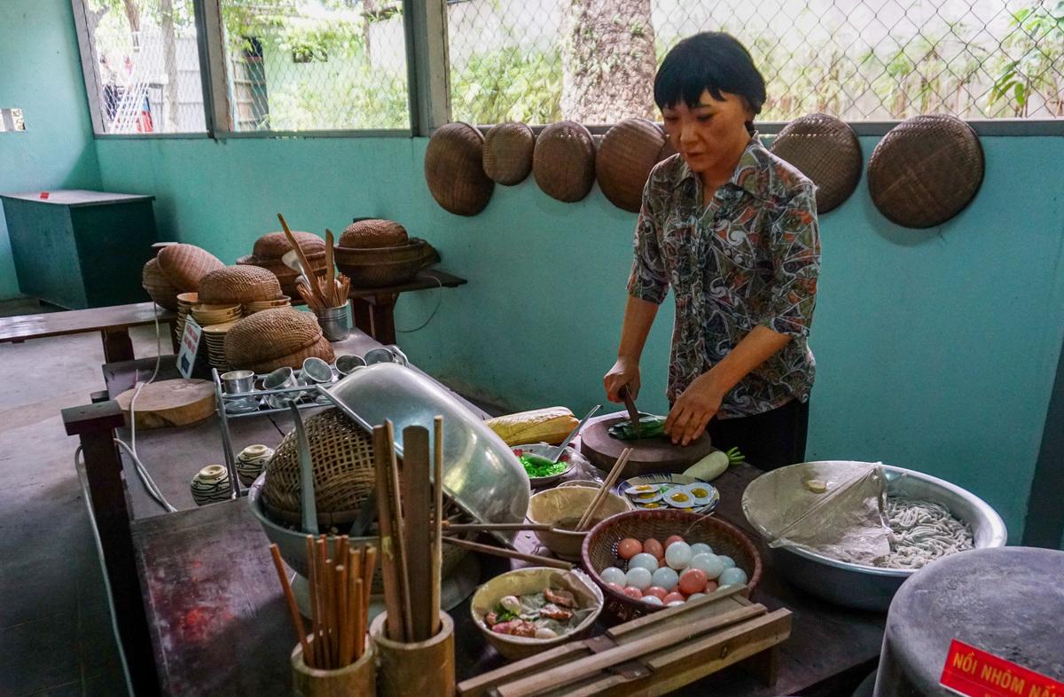 Ngoài giá trị lịch sử, những hiện vật, mô hình trong quán còn giới thiệu đến du khách nếp sống, phong cách ẩm thực của người dân Sài Gòn trước kia.