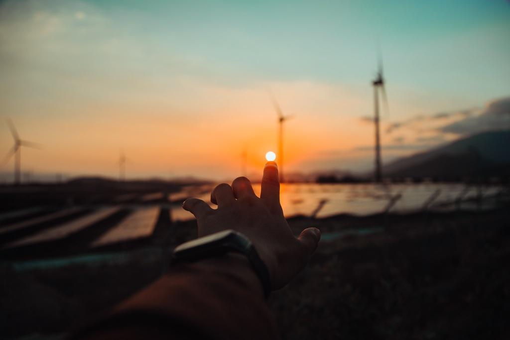 Trong khoảnh khắc của ngày tàn, mọi thứ như chậm lại, bạn sẽ cảm thấy bình yên trước khung cảnh nên thơ của thiên nhiên. Ngắm bức tranh cảnh vật thanh bình, không kém phần rực rỡ, cảm nhận làn gió mát ban chiều, hít hà mùi lúa chín thơm... là những trải nghiệm khó quên đối với du khách tại cánh đồng điện gió Đầm Nại.