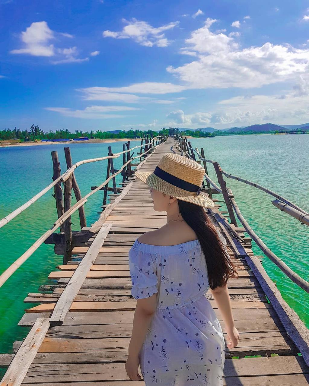 Với chiều dài khoảng 400 m, bắc qua sông Phú Ngân, cầu Ông Cọp là cầu gỗ dài nhất Việt Nam. Cầu cũ đã bị gió bão đánh sập nhưng nay đã được xây dựng lại, mặt cầu ván gỗ, gồ ghề, khi đi xe máy cần đi chậm và cẩn thận. Ảnh: Thutram2110, theamazinghaianh.