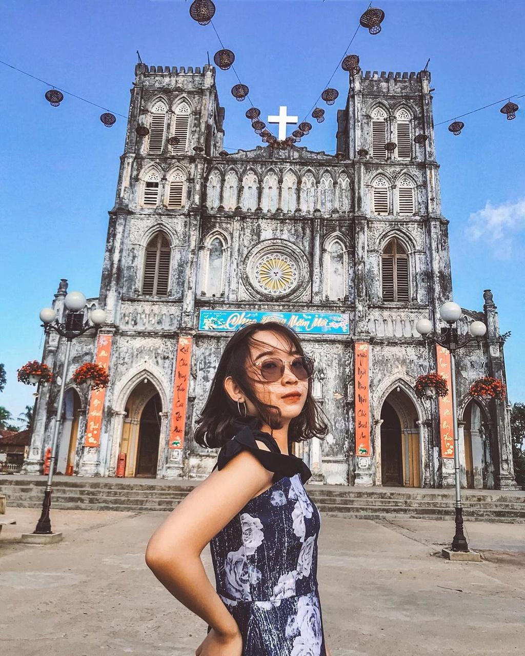 Nằm ở xã An Thạch, huyện Tuy An, nhà thờ Mằng Lăng là một trong những nhà thờ lâu đời, nổi tiếng Việt Nam. Được thiết kế theo kiến trúc cổ xưa, các hoạ tiết được thể hiện tinh tế. Không gian bên trong thánh đường khá giống các nhà thờ Gothic với hai hàng cột tạo thành các ô vòm liên hoàn. Giờ đây, khi đến Phú Yên nhà thờ là địa điểm khách du lịch lựa chọn ghé đến để dự lễ, check-in. Ảnh: Bornthisyv, hatrangngo.