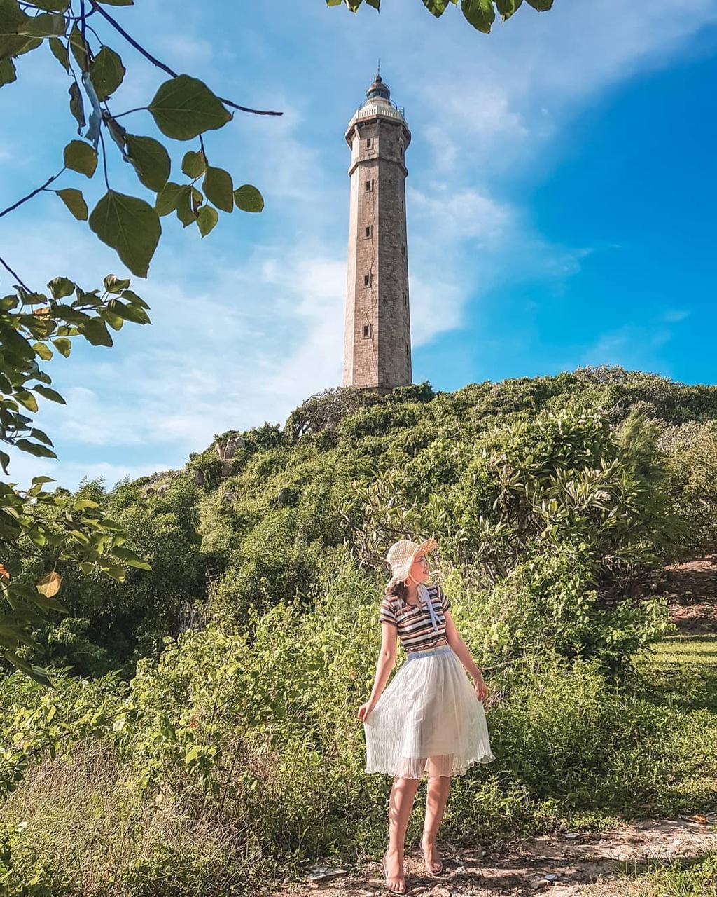 Được xây dựng bằng đá, hải đăng Kê Gà thuộc huyện Hàm Thuận Nam, tỉnh Bình Thuận. Tháp đèn có hình bát giác, cao 66 m so với mực nước biển, bên trong có 182 bậc thang sắt để dẫn du khách lên đến đỉnh. Nơi đây đã được trung tâm sách Kỷ lục Việt Nam xác nhận là ngọn hải đăng cao nhất và cổ xưa nhất ở nước ta. Ảnh: Hono.taki.2909, sapblogger.