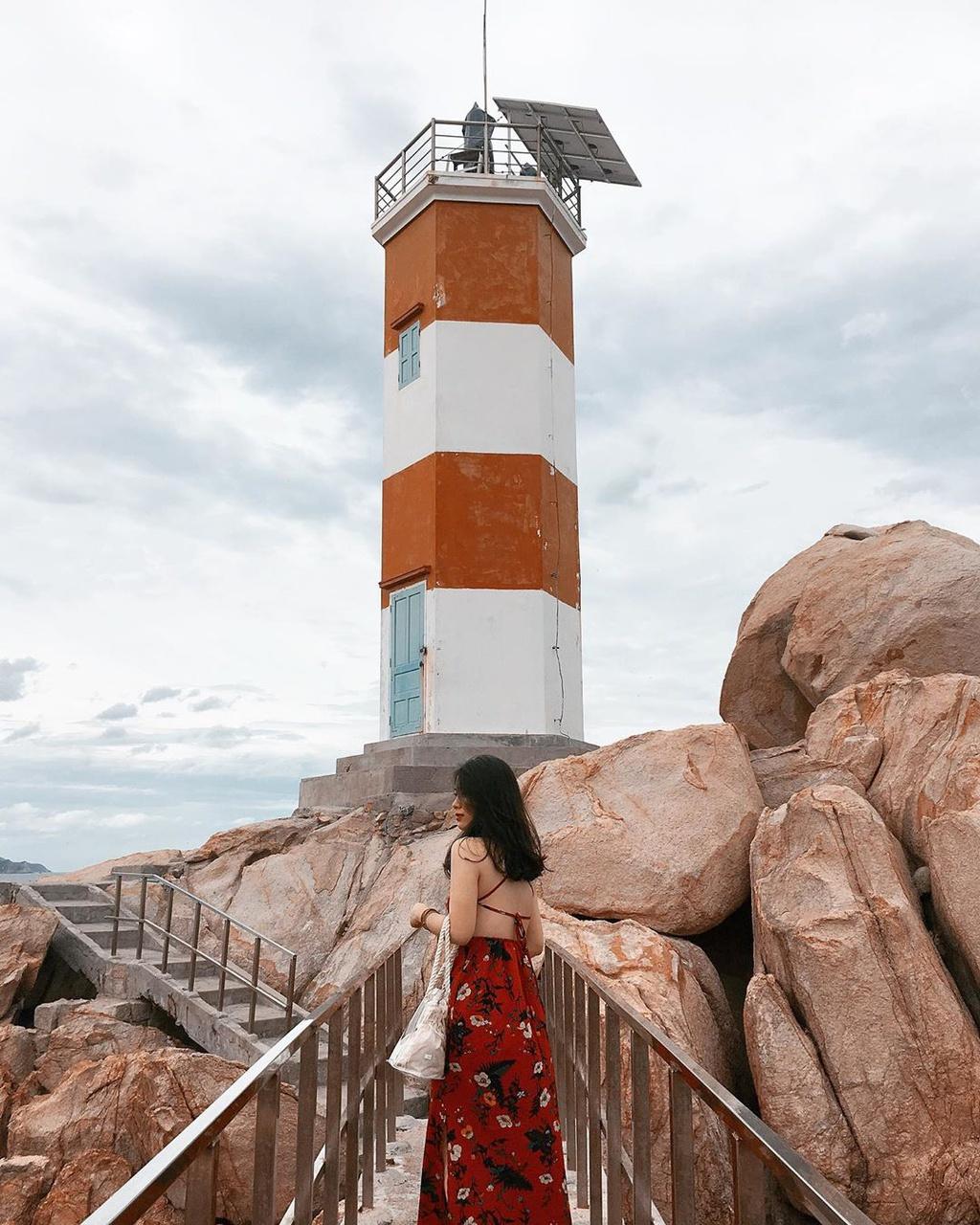 """Hải đăng Gành Đèn thuộc huyện Tuy An, tỉnh Phú Yên, cách gành Đá Đĩa khoảng 15 phút đi bộ. Không nổi tiếng như hải đăng Đại Lãnh, hải đăng Kê Gà nhưng Gành Đèn nằm ở vị trí đắc địa nơi cửa biển, sắc đỏ, trắng của nơi đây có sức hút đặc biệt với nhiều du khách. Những phiến đá cổ màu hồng nằm dọc con đường dẫn tới ngọn hải đăng sẽ là background """"sống ảo"""" dành cho bạn. Ảnh: Khanhhuyenct, _pkhanhuyen."""