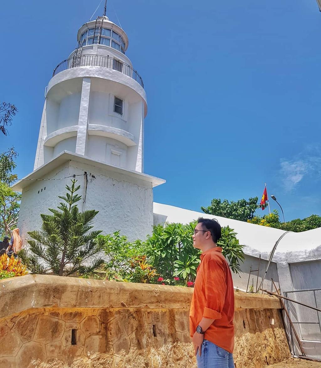 Nằm trên đỉnh núi Nhỏ, hải đăng Vũng Tàu có hình dạng giống một tháp tròn, sơn trắng, cao 18 m. Bên trong hải đăng có cầu thang dẫn lên đỉnh, nơi bạn có thể thu vào tầm mắt bức tranh thành phố biển tuyệt đẹp từ trên cao. Ảnh: Anta_phann, lequocthanh91.