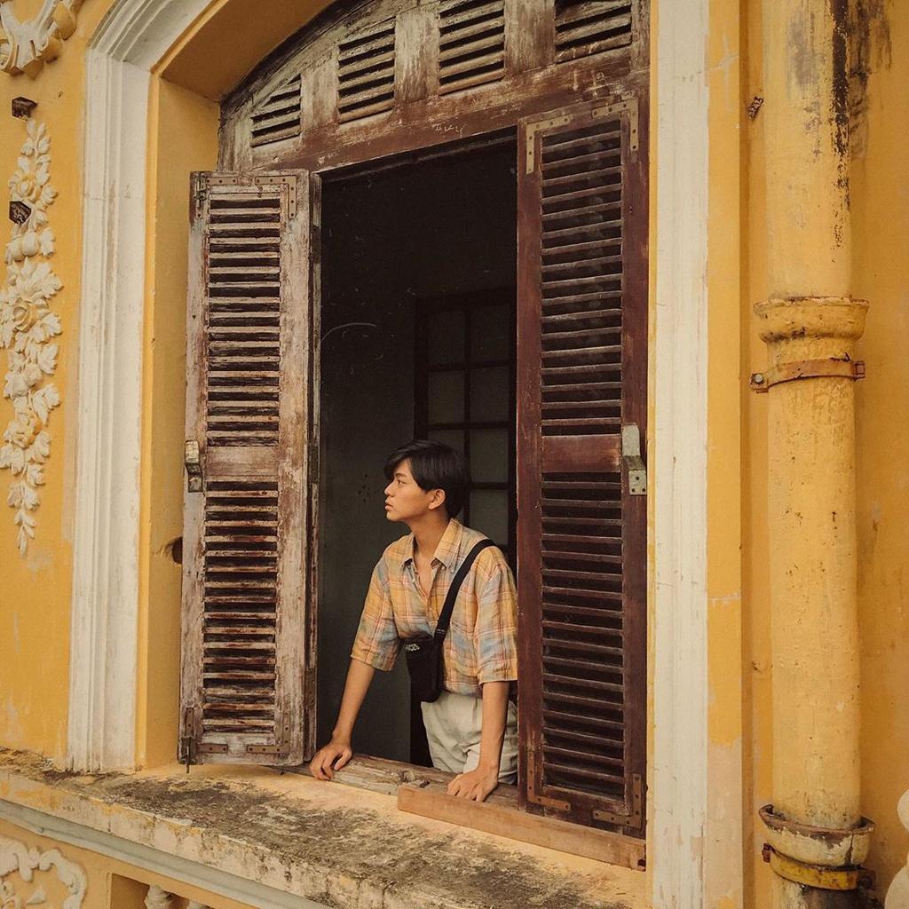 Khung cửa sổ, bức tường rêu phong hay dãy lan can cũ kỹ sẽ cho bạn ảnh sống ảo đậm chất hoài niệm. Những trang phục tone màu đỏ, vàng, trắng sẽ thích hợp với background nơi đây. Ảnh: Qhuyy_14.