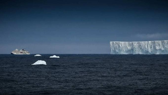Mùa đông ở Nam Cực kéo dài từ tháng 3 - 10, nhiệt độ ngoài trời âm 60 đến âm 65 độ C, với tháng 8 lạnh nhất. Du khách không thể ghé thăm vào mùa đông vì diện tích băng tăng gấp đôi so với những tháng còn lại, tàu du lịch không thể di chuyển. Mùa đông trời tối, nhiệt độ thấp và những cơn bão lớn xảy ra thường xuyên dẫn đến các chuyến bay chở khách đối mặt với nhiều rủi ro. Ảnh: Alexey Kudenko/Sputnik.
