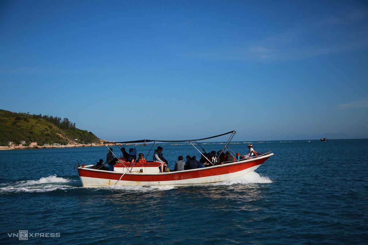 Ngoài ra, du khách có thể di chuyển bằng cano du lịch với giá khoảng 100.000 – 150.000 đồng khứ hồi mỗi người, hoặc thuê nguyên một cano với 300.000 đồng.