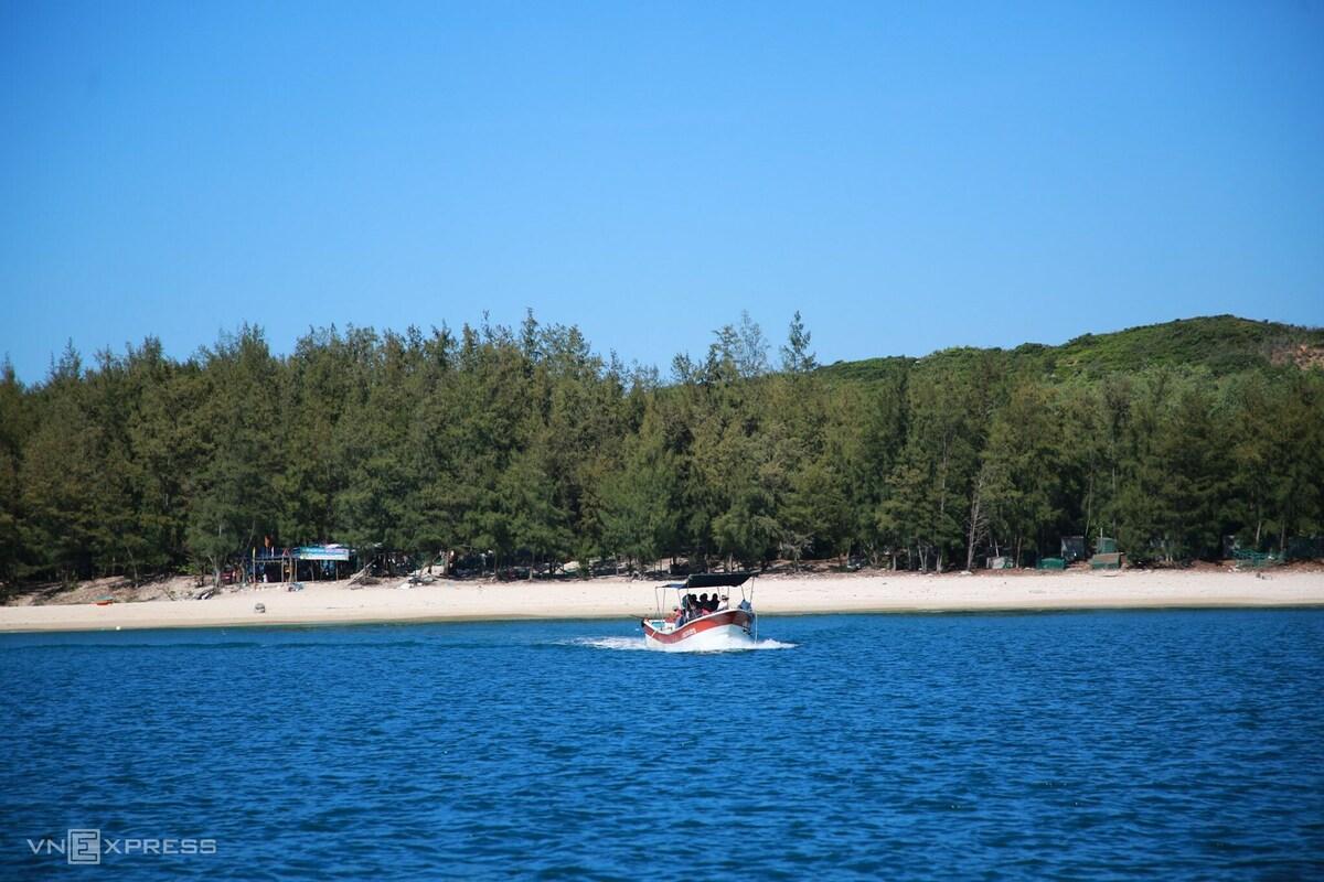Sau gần 2 km dập dìu tiến về cù lao Mái Nhà, điểm cập bến hiện ra trước mũi thuyền là bãi cát trắng trải dài cùng hàng rào toàn cây lao tự nhiên cao lớn, còn gọi là bãi trước.
