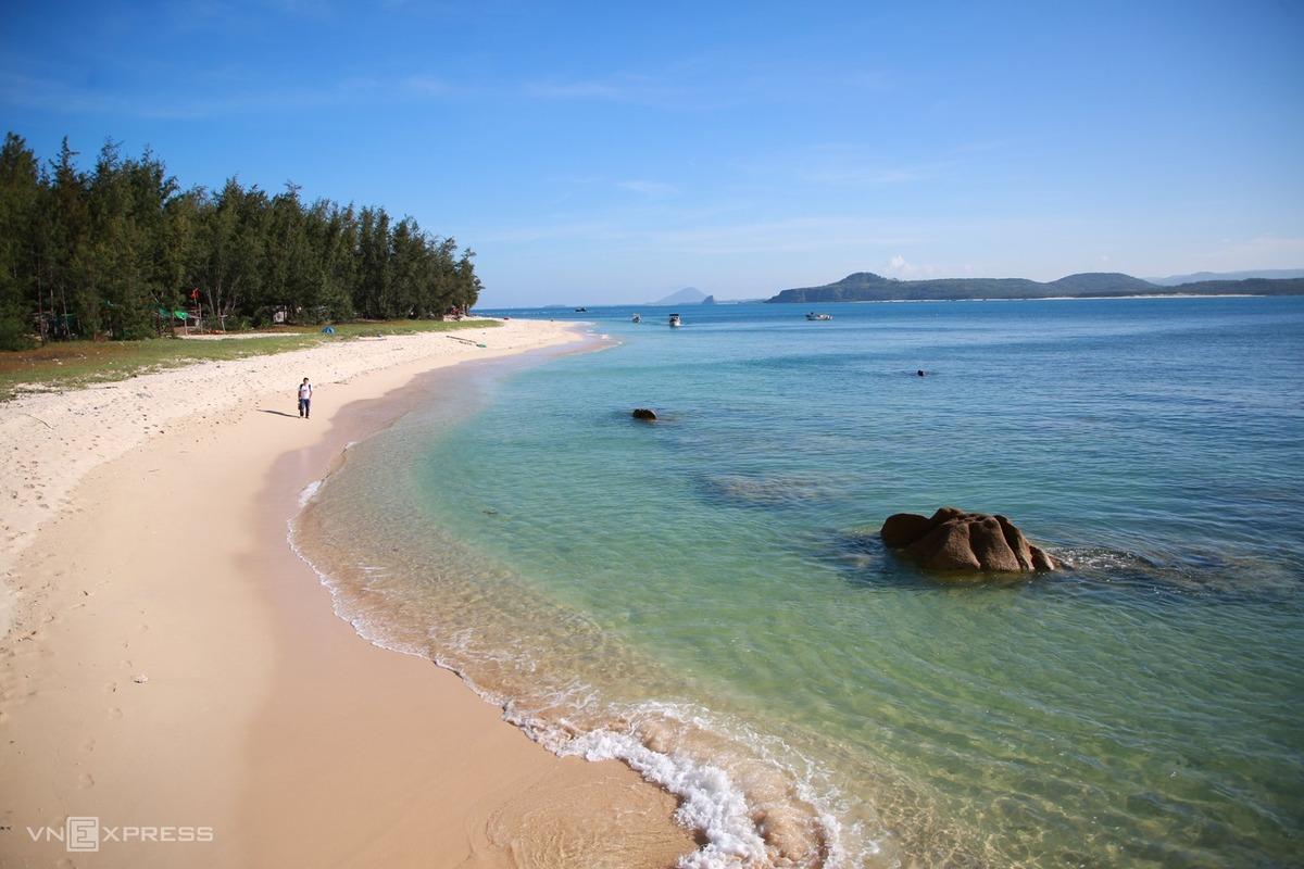 Biển nơi đây trong xanh, sóng nhẹ, thoai thoải không sâu, có rạn san hô sống rải rác và bãi cát mịn phẳng, thích hợp để cắm trại và bơi lặn.