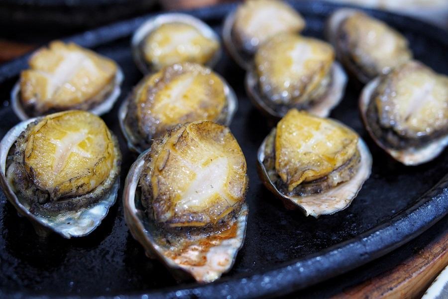 Món được du khách đánh giá cao nhất là bào ngư tươi nướng than, với giá khoảng 30.000 won cho 0,5 kg. Bào ngư được nướng vừa chín tới, vẫn thơm mềm và béo ngậy. Mùi khói đem lại vị hấp dẫn rất riêng cho món ăn này. Ảnh: Danielfooddiary.