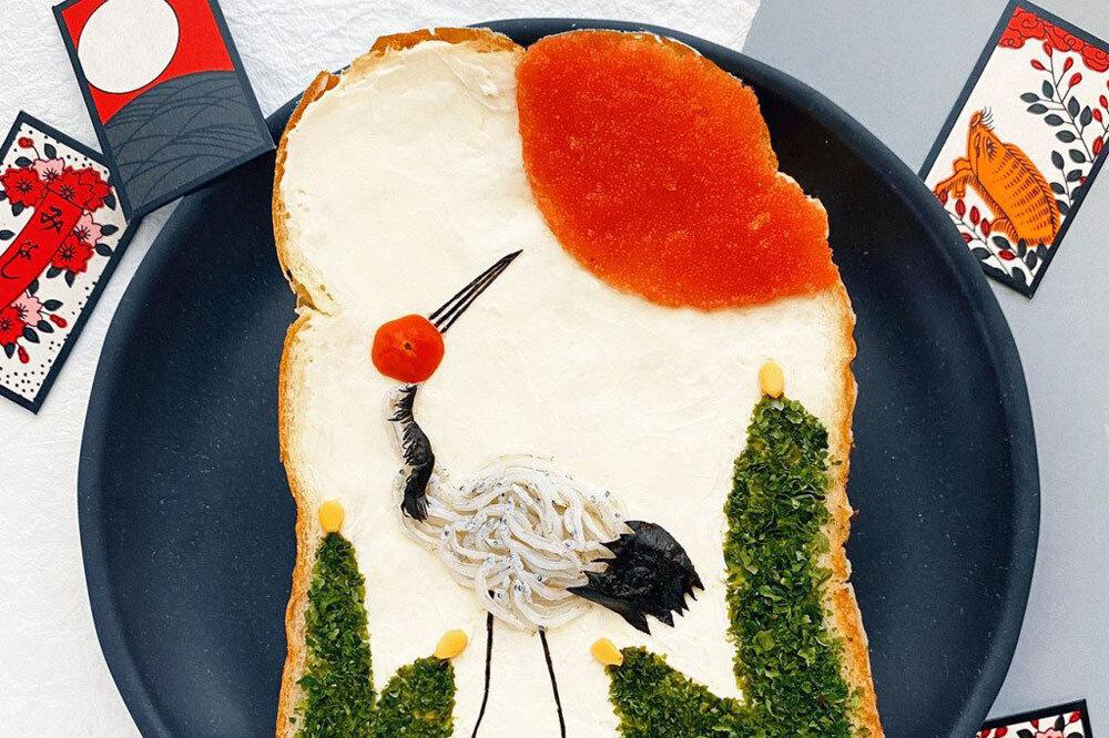 Được làm từ cá mòi, rong biển, trứng cá tuyết muối, kem chua và cà chua bi, lát bánh mì này là hình ảnh lá bài hoa hay còn gọi là hanafuda - loại bài lá truyền thống của người dân xứ mặt trời mọc. Bộ bài có mười hai bộ thẻ, mỗi bộ được đặt tên theo một tháng và loài hoa liên quan. Ảnh: Manami Sasaki.