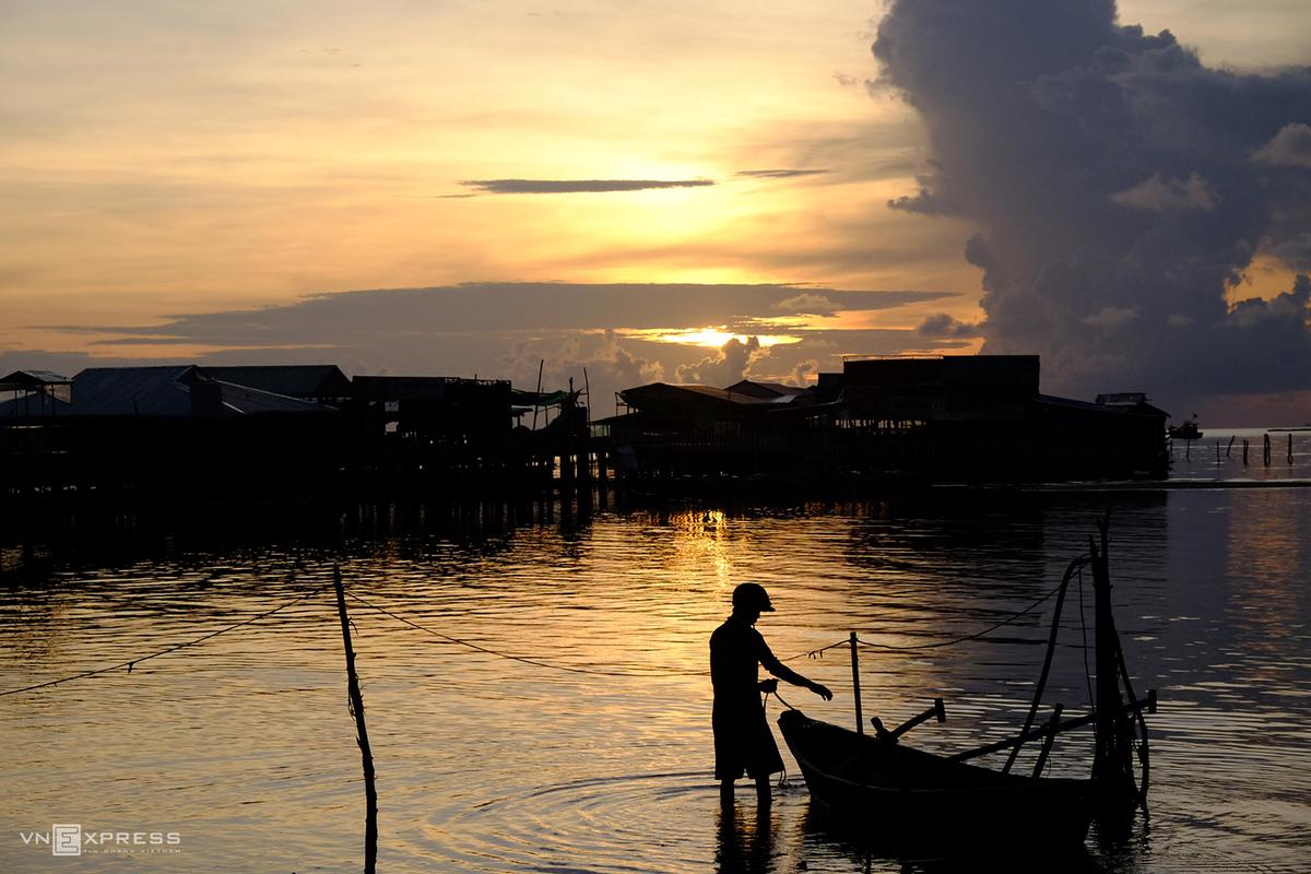 Làng chài Hàm Ninh nằm trên bờ biển phía Ðông đảo, thuộc xã Hàm Ninh, huyện đảo Phú Quốc, cách trung tâm thị trấn Dương Đông khoảng 20 km về hướng Đông Bắc. Nơi đây được nhiều người chọn là một trong những điểm ngắm bình minh đẹp nhất Phú Quốc vì có địa thế núi phía sau lưng, trước mặt là biển. Người dân có thể dễ dàng di chuyển, xây nhà bè đánh bắt cá và buôn bán gần bờ vì biển Hàm Ninh ra xa vài trăm mét vẫn còn cạn.