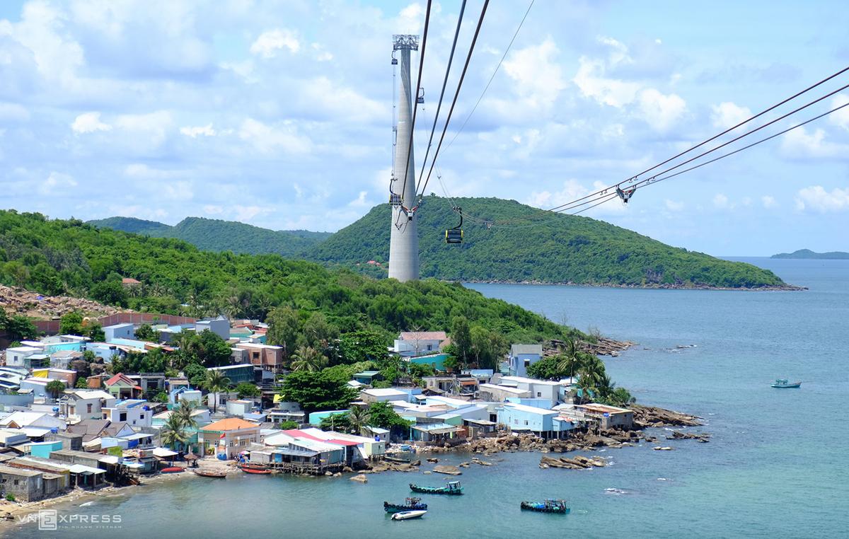 Cáp treo Hòn Thơm là cáp treo ba dây vượt biển dài nhất thế giới (7.899,9 m) nối từ thị trấn An Thới qua Hòn Rỏi, Hòn Dừa tới Hòn Thơm. Ngồi cáp treo bạn được phóng tầm mắt ngắm nhìn các hòn đảo, vùng biển, thu trọn vẻ đẹp tựa thiên đường ở phía Nam đảo ngọc Phú Quốc.