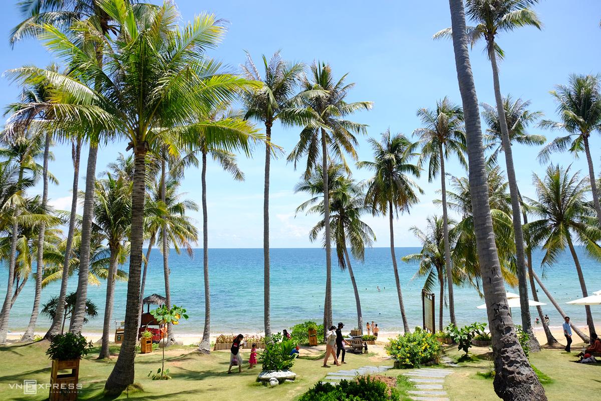 Hòn Thơm là điểm đến còn khá hoang sơ vì chưa có nhiều dịch vụ du lịch. Ghé thăm hòn đảo xinh đẹp này bạn có thể dạo quanh bãi biển cát trắng mịn, đắm mình trong làn nước trong veo ở Bãi Chướng, Bãi Nam, Bãi Nồm, Bãi Trào…