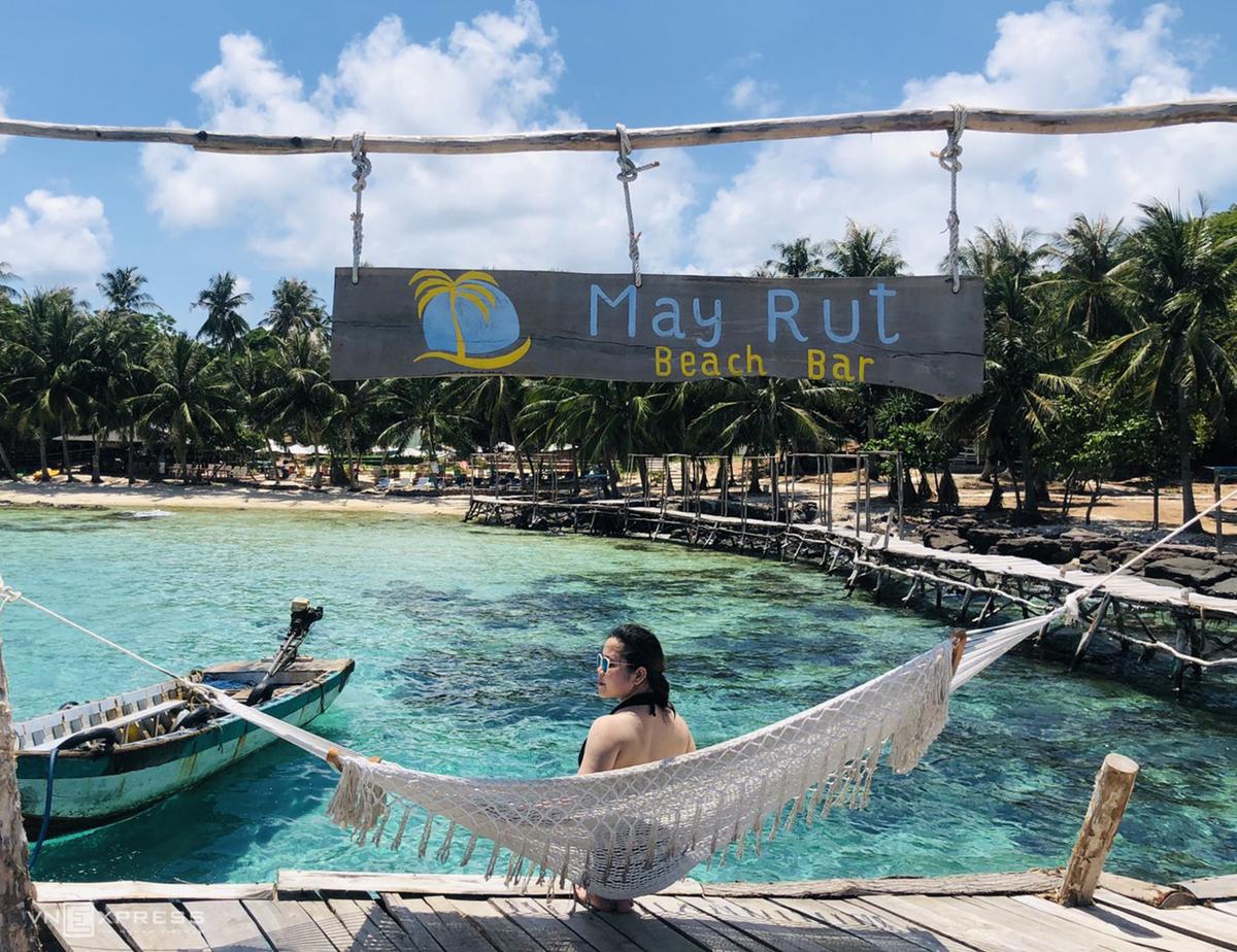 Du lịch Hòn Thơm, bạn có thể sử dụng các dịch vụ đưa đón, khu để đồ tắm, xích đu, áo phao, ghế ngồi trên biển… hoặc kết hợp đi cano trải nghiệm tour 4 đảo bắt đầu từ Bãi Trào.   Tour 4 đảo là hiện là tour trong ngày được nhiều người yêu thích nhất khi du lịch Phú Quốc. Chỉ từ 800.000 đồng, trong một ngày du khách sẽ được tham quan, tắm biển, lặn ngắm sau hô ở Mây Rút Trong, Mây Rút Ngoài, Gầm Ghì và Hòn Móng Tay. Ảnh: Bích Ngọc.