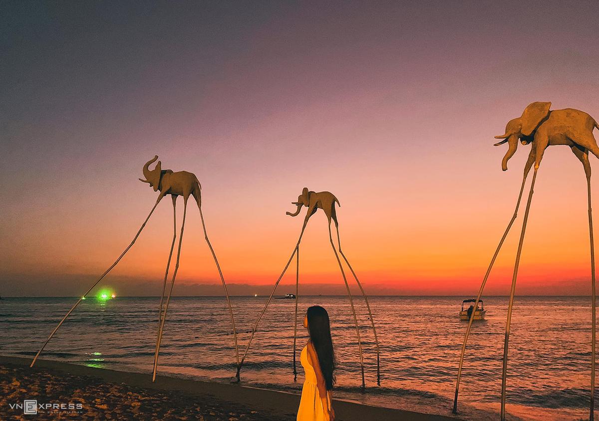"""Chiều xuống trở về đảo chính, bạn hãy dành thời gian đón hoàng hôn ở Sunset Sanato Beach Club, nơi được mệnh danh là """"thiên đường selfie"""". Với tấm vé vào cửa giá 100.000 đồng/ người, bạn thỏa sức vui chơi bên bờ biển cát trắng mịn màng, sáng tạo những bức ảnh """"triệu like"""" cùng bè bạn ở các điểm chụp độc đáo nằm dọc bãi biển. Nếu không vội trở về trung tâm đảo, bạn vẫn có thể thưởng thức đồ uống, bữa tối buffet ngay bên bờ biển thơ mộng. Ảnh: Lê Quý."""