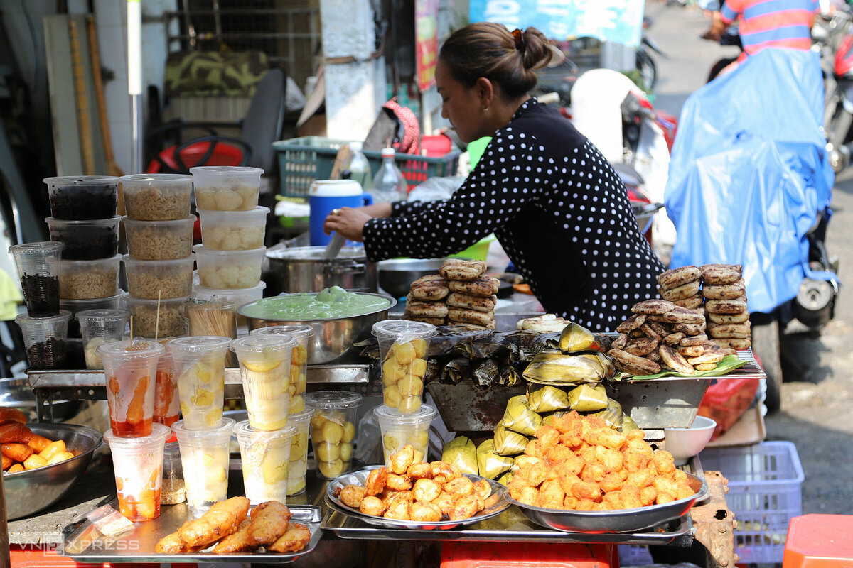 Nhiều món ăn vặt như chuối nướng, bánh bò thốt nốt, me ngào đường, bánh Xiêm, xôi Xiêm... cũng theo chân người Việt từ Campuchia về bán ở chợ Lê Hồng Phong (quận 10) từ những năm 1970 đến nay.