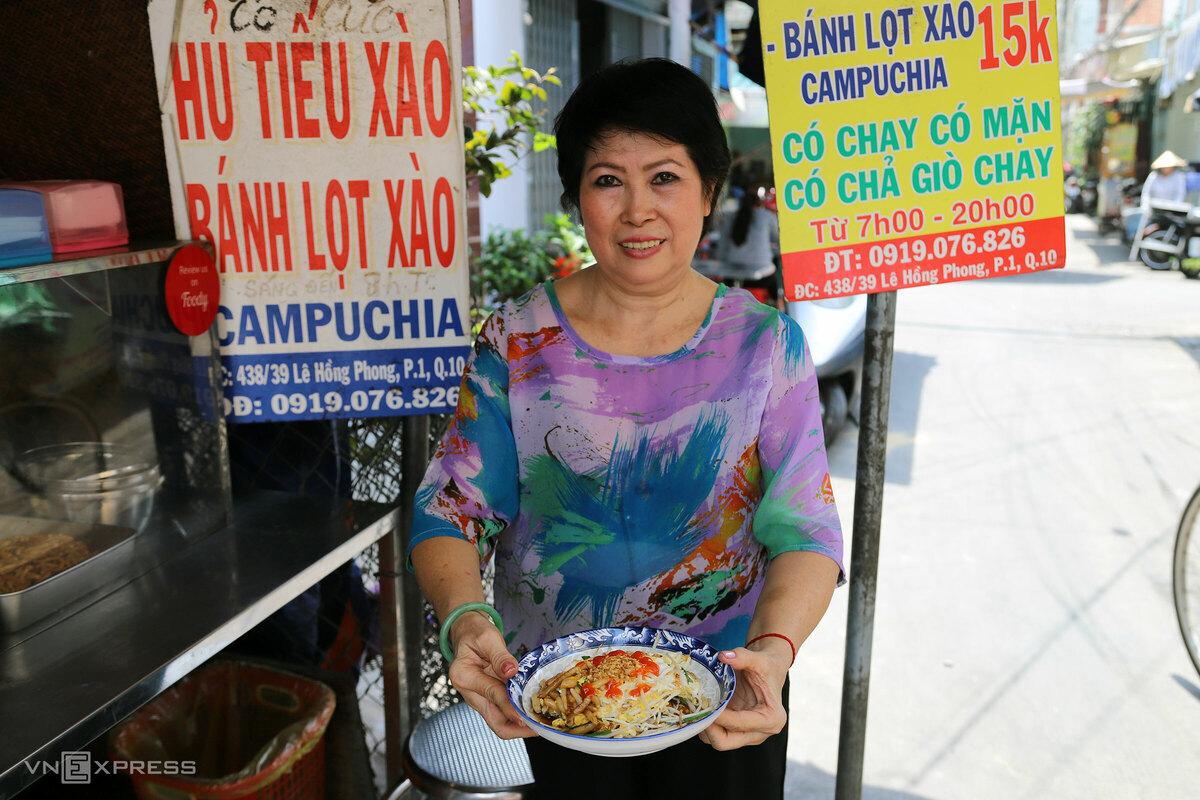 Cô Ngô Thị Bạch Cúc (63 tuổi) hiện là chủ quán bánh lọt và hủ tiếu xào có tuổi đời 48 năm. Bà Bảy, mẹ cô Cúc, là người đầu tiên bán bánh lọt xào ở chợ Lê Hồng Phong. Bà Bảy từng bán đủ loại món hồi ở Campuchia rồi năm 1970 về Sài Gòn bán tiếp, như hủ tiếu xào, bánh lọt xào, bánh bí hấp, xôi Xiêm, bánh đúc ngọt, cơm rượu nếp than…  Xưa nơi đây vắng vẻ, mẹ con cô Cúc bán lúc chiều từ 16h đến khuya phục vụ thực khách chủ yếu là người lao động đi làm về và làm đêm. Hiện quán bánh lọt cô Cúc bán vào 7h - 20h.