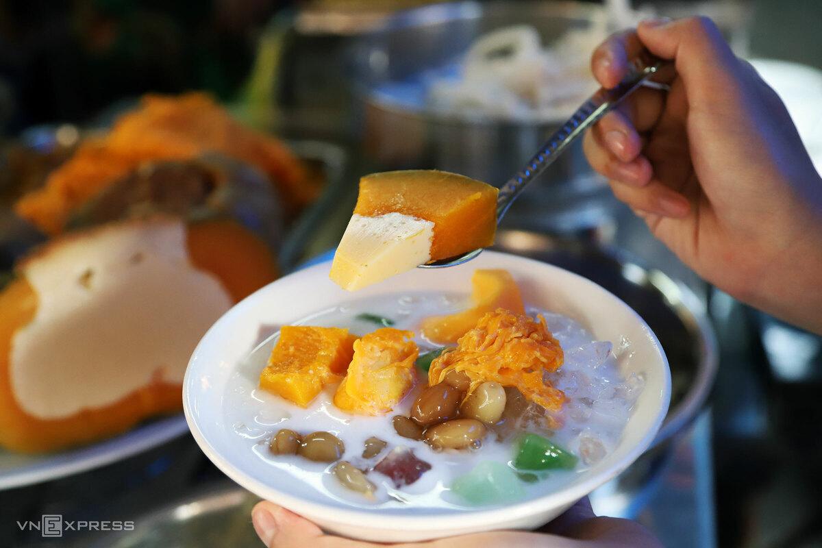 Chè bí chưng tiếng Khmer gọi là num-pà-pơi. Mỗi tô chè được một miếng gồm bí và nhân. Người bán khoét ruột trái bí đỏ nhỏ, đổ vào trong hỗn hợp đã đánh đều gồm sữa, lòng đỏ trứng, nước cốt dừa, rồi đem hấp cách thủy.   Chè bí đỏ chưng nguyên bản được ăn kèm nước cốt dừa, sau này chủ quán cho thêm sữa, đá bào và các thành phần khác theo xu hướng và yêu cầu của thực khách. Một tô chè thập cẩm (hình) được nhiều người thử, có giá 20.000 đồng.