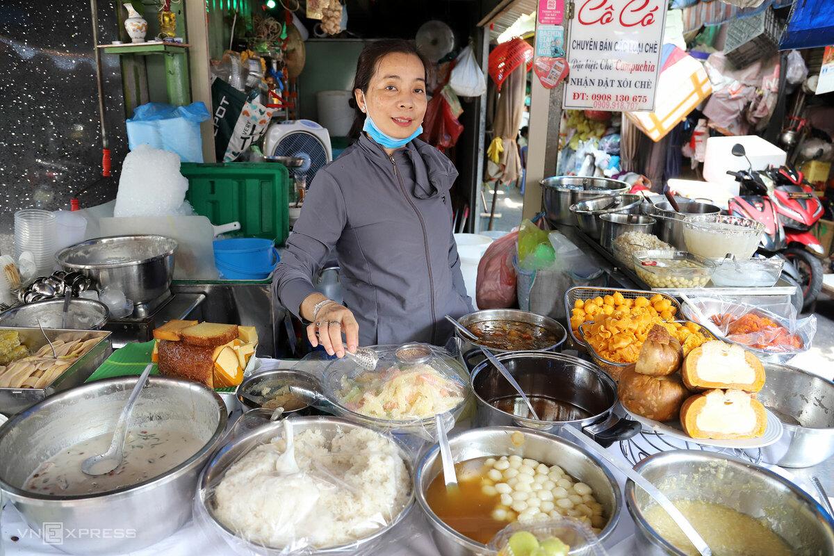 Chị Nguyễn Thị Có (45 tuổi) lớn lên nhờ hàng chè của mẹ. Mẹ chị tên Nguyễn Thị Rổ bán chè có tiếng ở Campuchia, năm 1970 về Việt Nam bán tiếp. Nơi ở và bán hàng của gia đình chị Có trước giờ đều ở một vị trí, chị cũng tiếp quản quầy chè mẹ truyền con nối mà không làm nghề nào khác.  Ngoài chè bí chưng, chị Có còn bán chè thốt nốt, chè hạt mít, chè trứng, chè hạt me, chè đậu, chè bắp… bán theo chén 10.000 – 20.000 đồng. Riêng đường thốt nốt và me được nhập từ Campuchia.