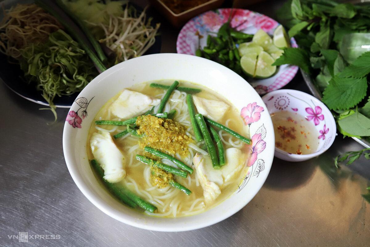 Bún num-bo-chóc, theo phiên âm tiếng Khmer, là loại bún cá phổ biến của người Campuchia. Thành phần quan trọng và cũng phải nhập từ Campuchia của món ăn gồm mắm prohoc (mắm bồ hóc), trái trúc, ngải bún. Ngoài ra, chủ quán sử dụng cá lóc đồng tươi, để không tanh và bở thịt.  Tô bún 40.000 đồng ăn kèm đĩa rau bắp chuối, rau muống chẻ sợi, dưa leo thái mỏng, bông súng, rau thơm, đậu đũa.