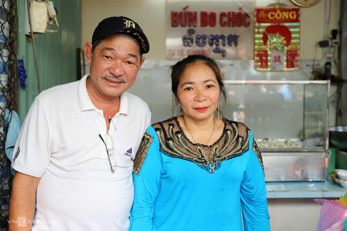 Nhắc đến bún num-bo-chóc đúng vị Campuchia, người địa phương sẽ giới thiệu hàng Tư Xê. Bà Tư Xê về Sài Gòn mở sạp bán bún và khô năm 1972. Từ sạp nhỏ lụp xụp dưới mái dù, nhỉnh hơn mặt đường chút, khách đến ăn ngồi trên sạp, sau này mới cất lên nhà bê tông khang trang.  Hai anh em ruột ông Ngô Văn Hoa (64 tuổi) và cô Ngô Thị Thanh Mai (43 tuổi), hiện cùng làm chủ thương hiệu Tư Xê, cho biết đã gắn bó với thương hiệu của mẹ từ bé đến giờ. Bún chỉ bán buổi sáng, khoảng 10h là hết.