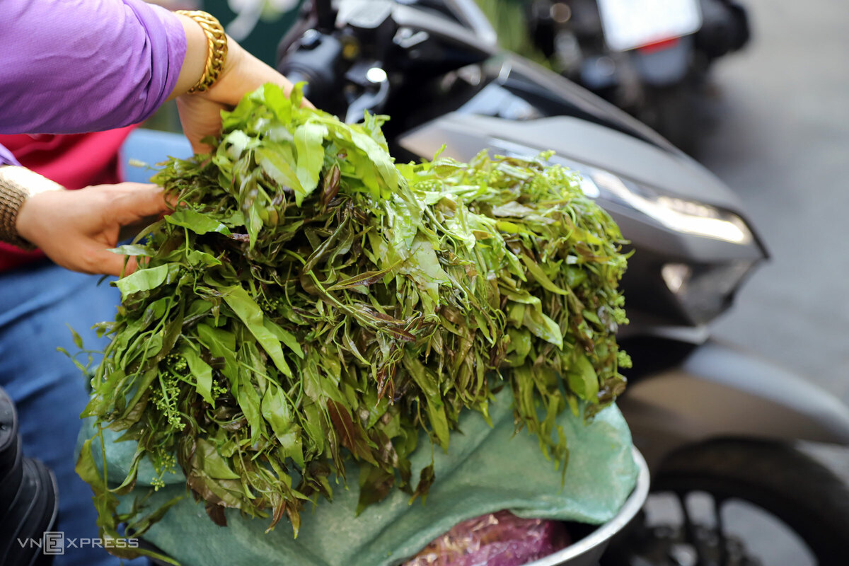 Sạp khô Hai Nhỏ và quầy khô Tư Xê xưa giờ còn bán lá sầu đâu, loại lá được người Campuchia ưa chuộng trộn gỏi với các loại khô, ăn kèm với nhiều món. Rau được nhập về hàng ngày, không nhiều, có giá khoảng 10.000 – 15.000 đồng một bó.