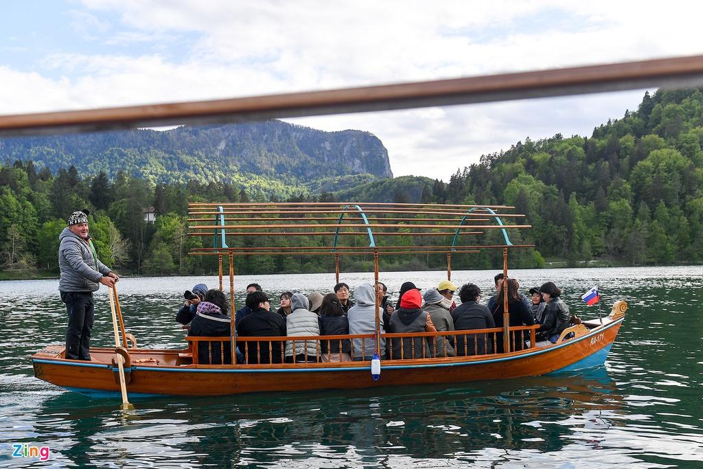 Du khách tới hồ Bled có thể lên thuyền gỗ độc mộc di chuyển về phía hòn đảo nhỏ nơi tọa lạc nhà thờ và tháp chuông có niên đại hơn 600 năm tuổi. Xung quanh những màu xanh ngát của cây cỏ, biệt thự, mái chèo in bóng xuống mặt nước tạo thành bức tranh màu nước bình dị và đẹp.